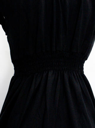 PUKANA ショート スタイリッシュVネックドレス ハワイアンリーフ ブラック